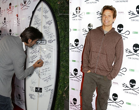 Signing surfboard, David Chokachi